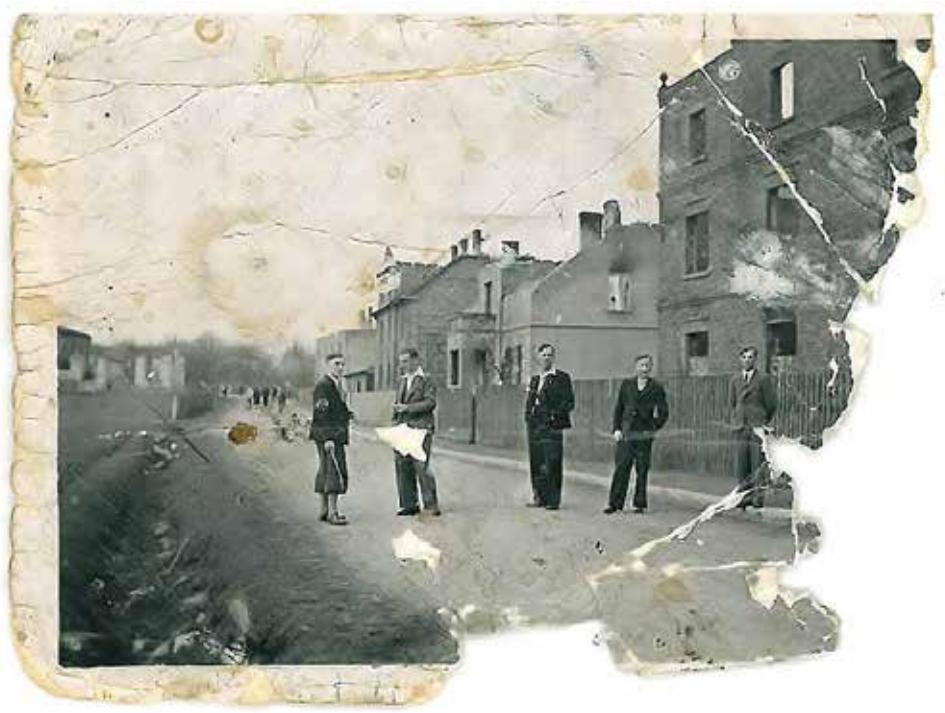 Zniszczone zabudowania przy dzisiejszej ul. Puszkina w Wyrach - rok 1945. Fot. ze zbiorów rodziny Buczek